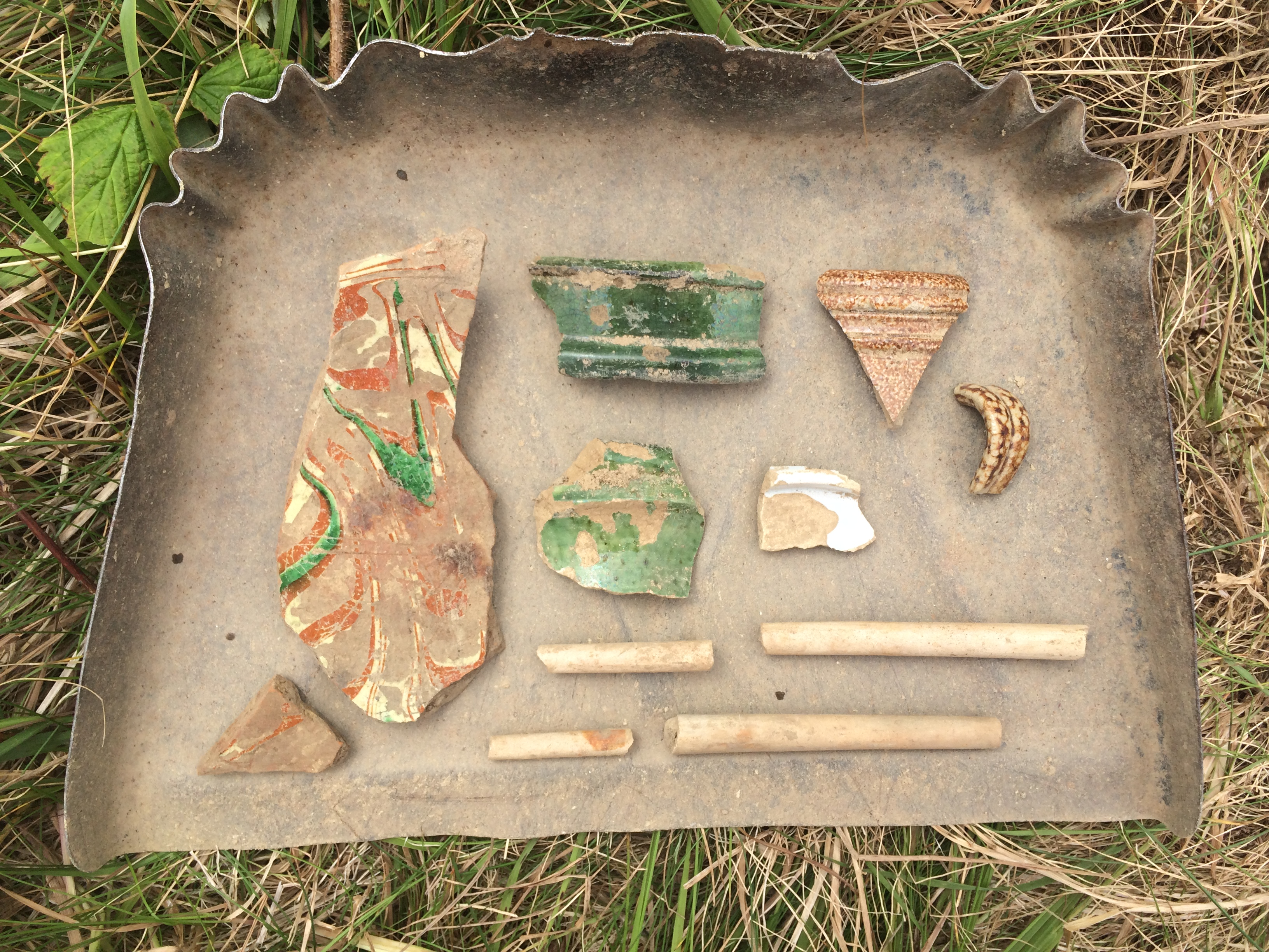 17th century artifacts: Italian marbled slipware, Saintonge coarse earthenware, Bellarmine stoneware, tin-glazed earthernware, and pipe stem fragments.